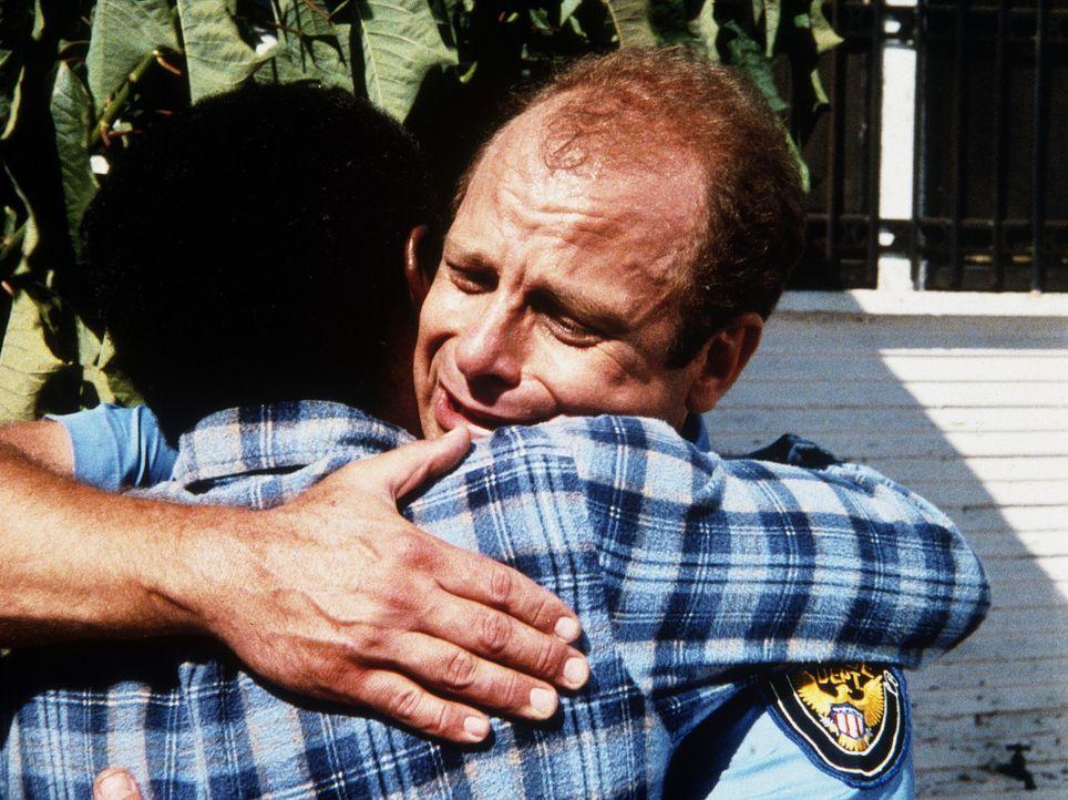 Als die Wahrheit an den Tag kommt, versöhnt sich der unglückliche Vater (Wally Taylor, l.) mit dem Polizisten Winnowski (Ed Crick, r.), der in Not... - Bildquelle: Worldvision Enterprises, Inc.