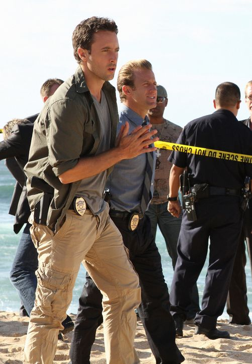 Das Team um Steve (Alex O'Loughlin, l.) und Danny (Scott Caan, r.) wird gerufen, als der berühmte Modefotograf Renny Sinclair in seinem Wohnwagen le... - Bildquelle: 2011 CBS BROADCASTING INC.  All Rights Reserved.