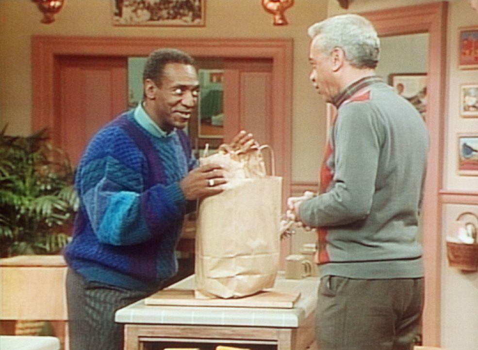 Cliff (Bill Cosby, l.) muss Diät halten, doch sein Vater Russell (Earle Hyman, r.) hat groß eingekauft. - Bildquelle: Viacom