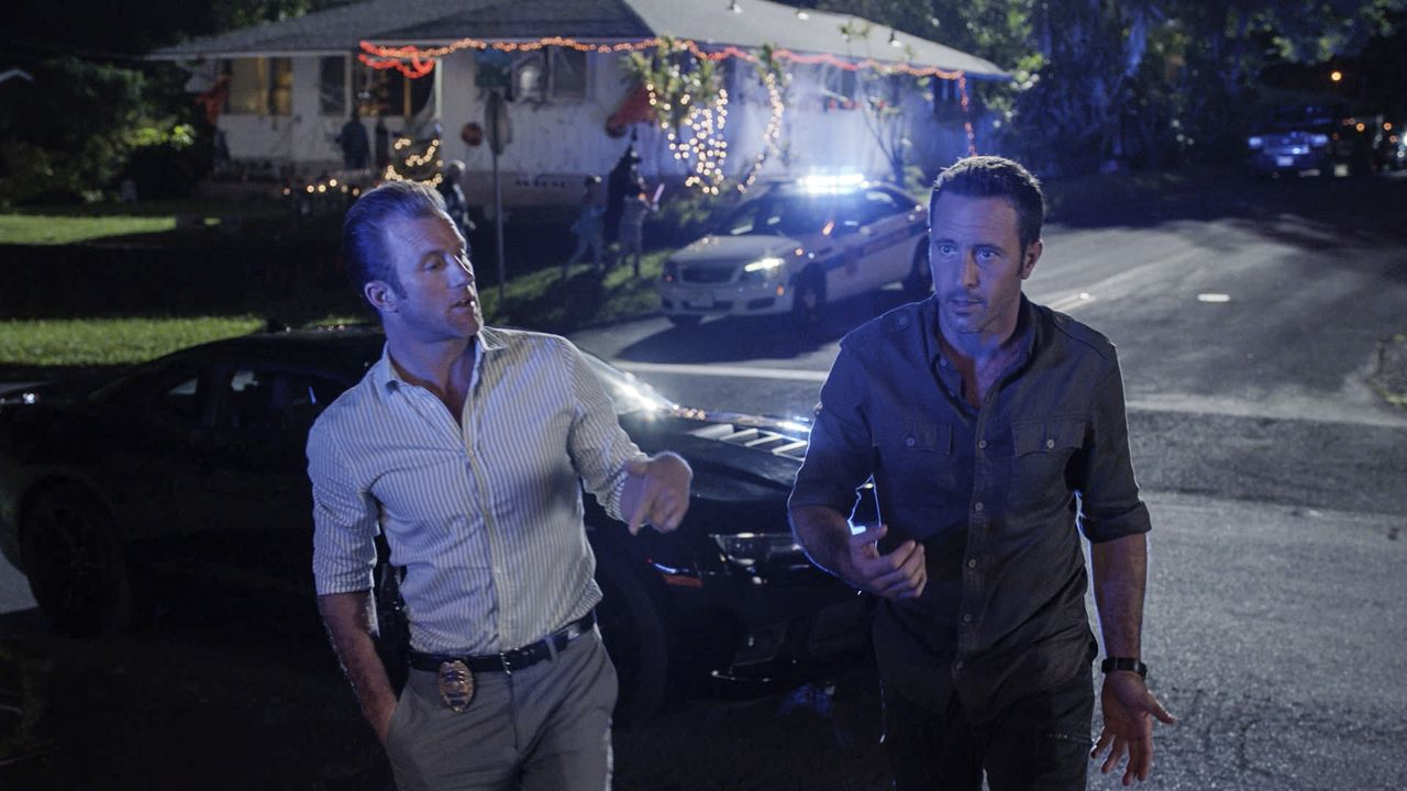 Auch in der Halloweennacht muss Five-0 in den Einsatz. Als eine Hellseherin ermordet wird, sind Steve (Alex O'Loughlin, r.) und Danno (Scott Caan, l... - Bildquelle: Norman Shapiro 2016 CBS Broadcasting, Inc. All Rights Reserved / Norman Shapiro