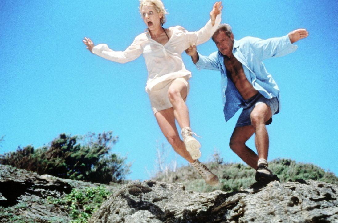 Unverletzt, aber ohne Möglichkeit, Hilfe zu holen, versuchen die beiden ungleichen Schicksalsgenossen, Robin Monroe (Anne Heche, l.) und Quinn Harr... - Bildquelle: Touchstone Pictures