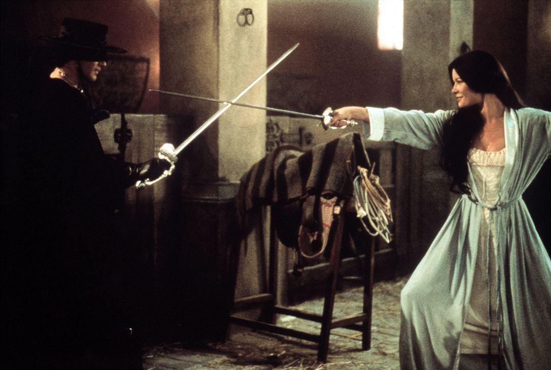 Alejandro (Antonio Banderas, l.) kämpft gegen das Unrechtsregime des spanischen Gouverneurs Don Rafael Montero und seiner Handlanger. Dabei lernt e... - Bildquelle: Columbia Pictures