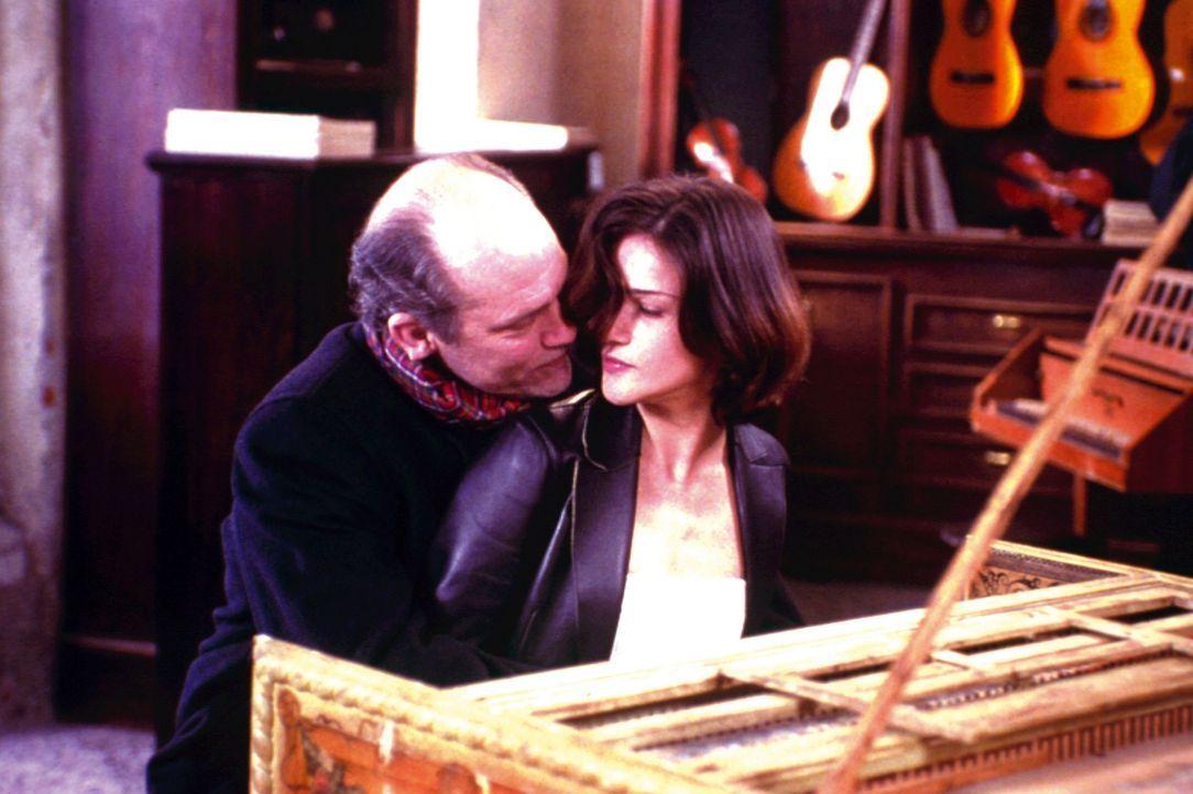 Ahnt seine Frau Luise (Chiara Caselli, r.) etwas von Tom (John Malkovich, l.) bösartigen Plan? - Bildquelle: Warner Bros.