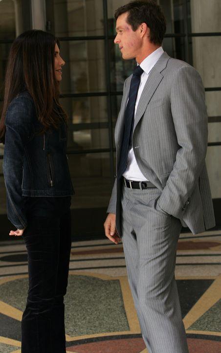 Kim (Vanessa Marcil, l.) gerät ins Zwielicht betreffs der Waffe, mit der sie Martin (Eric Close, r.) einst bedroht hatte. - Bildquelle: Warner Bros. Entertainment Inc.