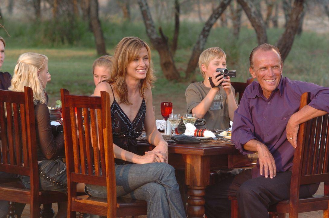 Tom Newman (Peter Weller, r.) lebt schon seit einigen Jahren in Afrika. Eines Tages schickt er seine neue Ehefrau Amy (Bridget Moynahan, l.) und sei...