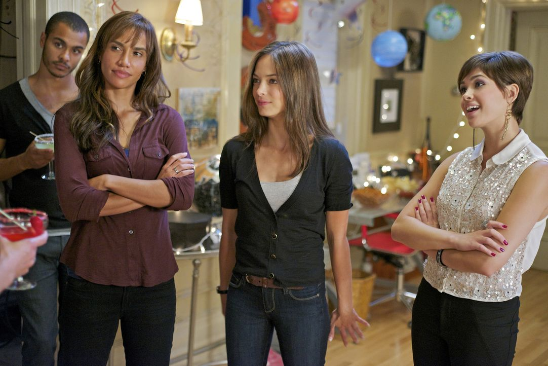 Tess (Nina Lisandrello, 2.v.l.) und Heather (Nicole Gale Anderson, r.) haben eine Überraschungsparty für Cat (Kristin Kreuk, M.) organisiert. Eigent... - Bildquelle: 2012 The CW Network, LLC. All rights reserved.