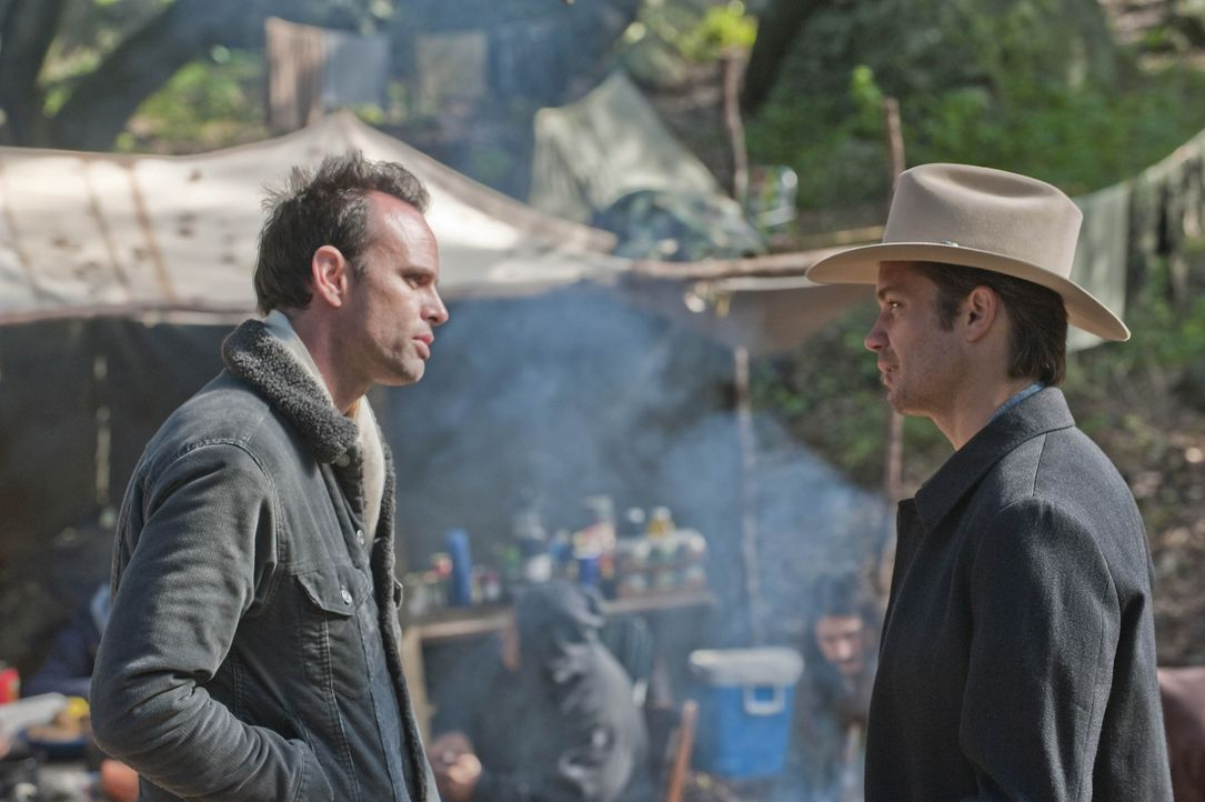 "Raylan Givens (Timothy Olyphant, r.) sucht Boyd Crowder (Walton Goggins, l.) in den Wäldern von Harlan auf, wo der eine eigene ""Kirche? gegründet... - Bildquelle: 2010 Sony Pictures Television Inc. and Bluebush Productions, LLC. All Rights Reserved."