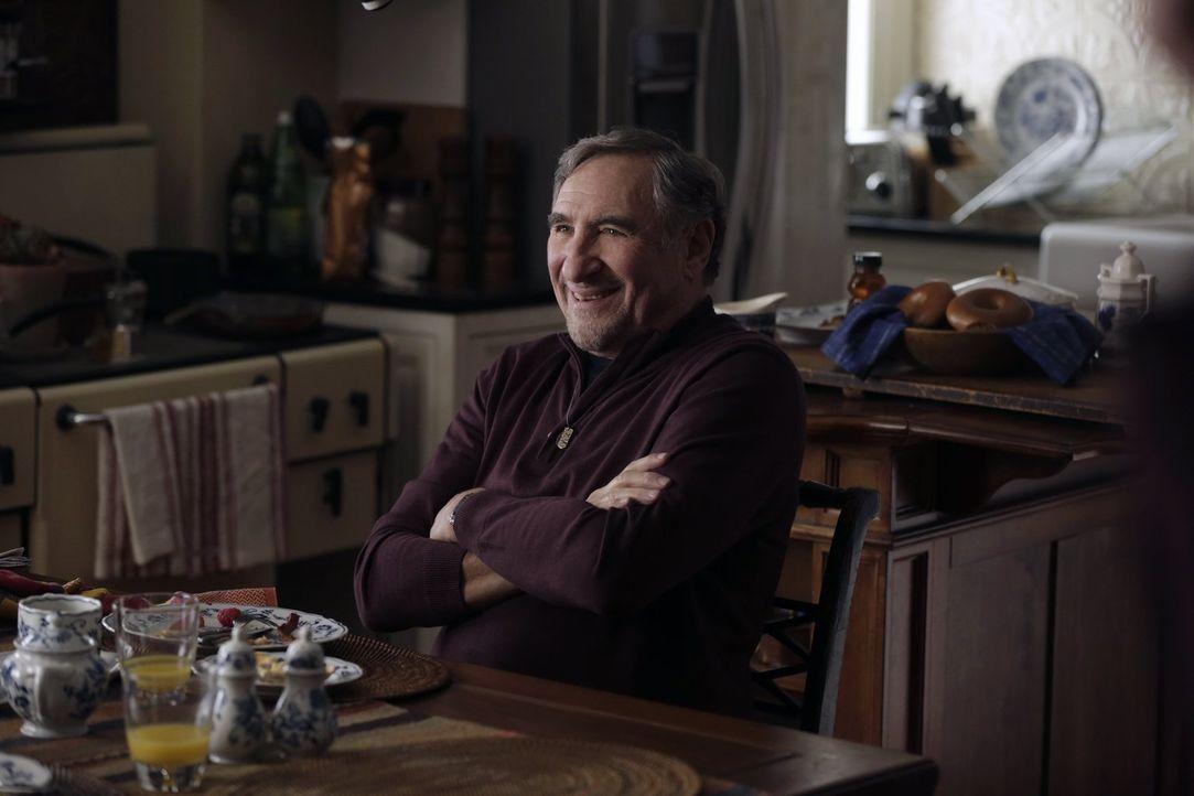 Erhält einen sehr überraschenden Besuch von einem alten Freund: Abe (Judd Hirsch) ... - Bildquelle: Warner Bros. Television