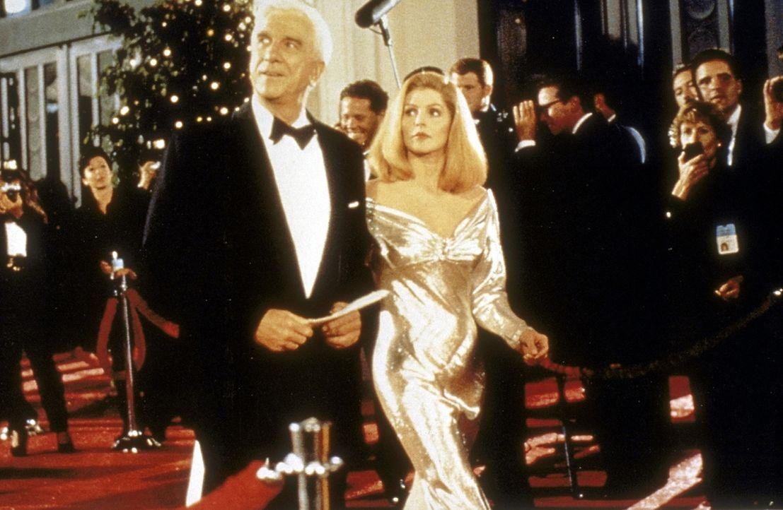 Bei der bevorstehenden Oscar-Verleihung will der skrupellose Gangster Rocco eine Bombe hochgehen lassen. Lt. Frank Drebin (Leslie Nielsen, vorne l.)... - Bildquelle: Paramount Pictures