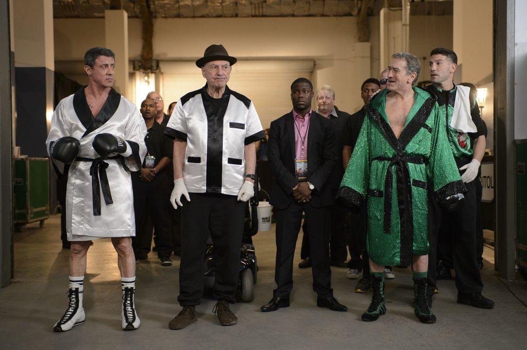"""Box-Promoter Dante Slate Jr. (Kevin Hart, M.) hat es geschafft: Nach 30 Jahren kämpfen die Rivalen Henry """"Razor"""" Sharp (Sylvester Stallone, l.) und... - Bildquelle: 2013 Warner Brothers"""
