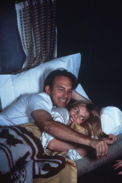 Molly (Rene Russo, unten) hat nicht nur Roys (Kevin Costner, oben) Ehrgeiz wiedererweckt, sondern auch seine Freude am Leben. - Bildquelle: WARNER BROS.