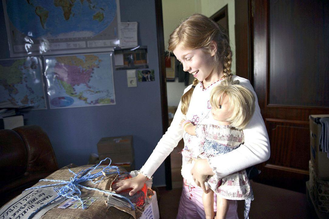 Als das Geburtstagsgeschenk von Onkel Mark aus der Südsee ankommt, ist Betty (Kara Mc Sorley) schon ganz neugierig und macht eine wundersame Entdec... - Bildquelle: Michael Kohler Sat.1