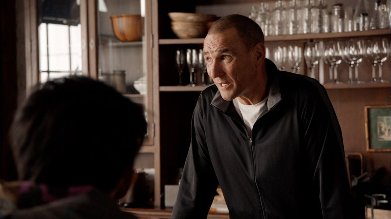 Können Gunter (Vinnie Jones) und das Team die Nachricht von dem Überfall auf Camerons Ex-Freundin vor ihm geheim halten? Sie befürchten, dass die Er... - Bildquelle: Warner Bros.