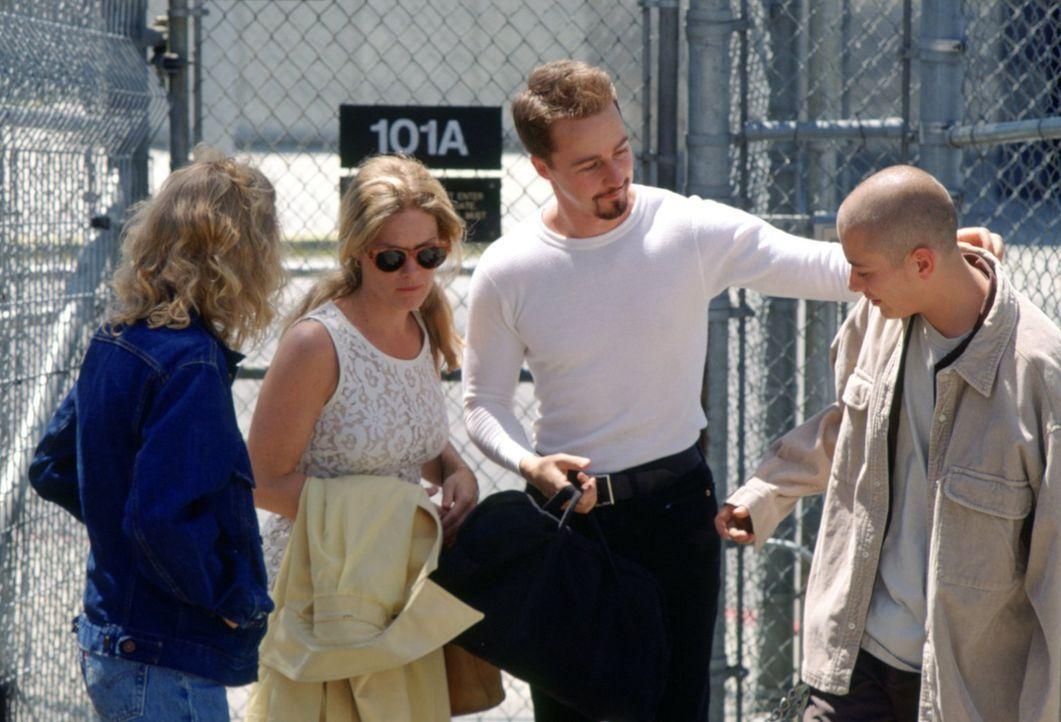 Nach drei langen Jahren wird Davinas (Jennifer Lien, l.), Doris' (Beverly D'Angelo, 2.v.l.) und Dannys (Edward Furlong, r.) Bruder Derek (Edward Nor... - Bildquelle: 1998 Warner Broth.