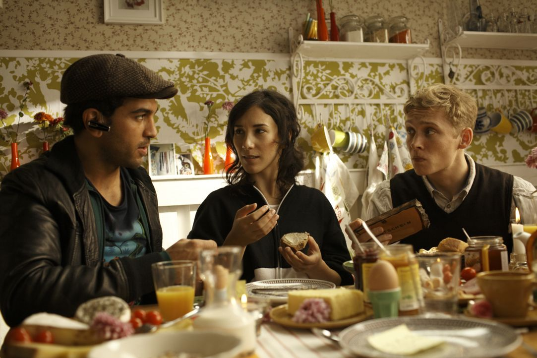 Nachdem Alex (Matthias Schweighöfer, r.) von seiner Freundin verlassen wurde, stehen ihm seine Freunde Nele (Sibel Kekilli, M.) und Okke (Elyas M'Ba... - Bildquelle: 2011 Fox International Productions (Germany) GmbH and Pantaleon Films GmbH. All rights reserved.