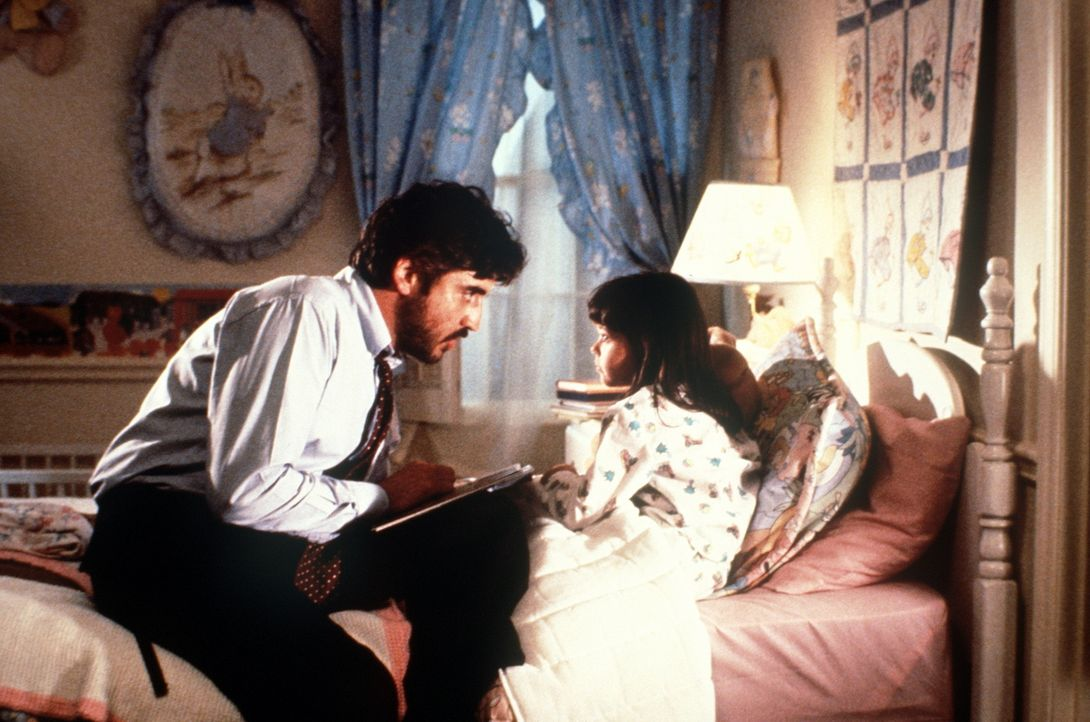 Moody (Alfred Molina, l.) ist nach Amerika gereist, um seiner Frau die gemeinsame Tochter Mahtob (Sheila Rosenthal, r.) zu entziehen ... - Bildquelle: TM &    Metro-Goldwyn-Meyer Studios Inc. All Rights Reserved.