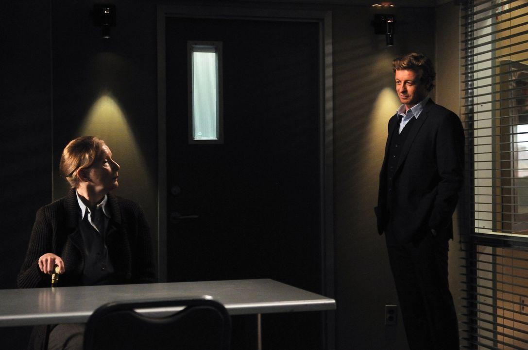 Bei den Ermittlungen im Mordfall Timothy Hartley stoßen Patrick (Simon Baker, r.) und Teresa auf dessen Schwiegermutter Elspeth (Frances Conroy, l.)... - Bildquelle: Warner Bros. Television