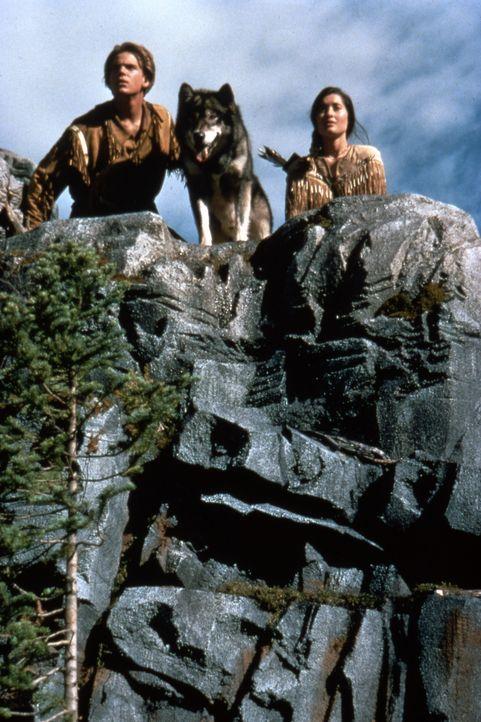 Auf in den Kampf: Henry (Scott Bairstow, l.), Lily (Charmaine Craig, r.) und Wolfsblut ... - Bildquelle: Lorey Sebastian The Walt Disney Company.