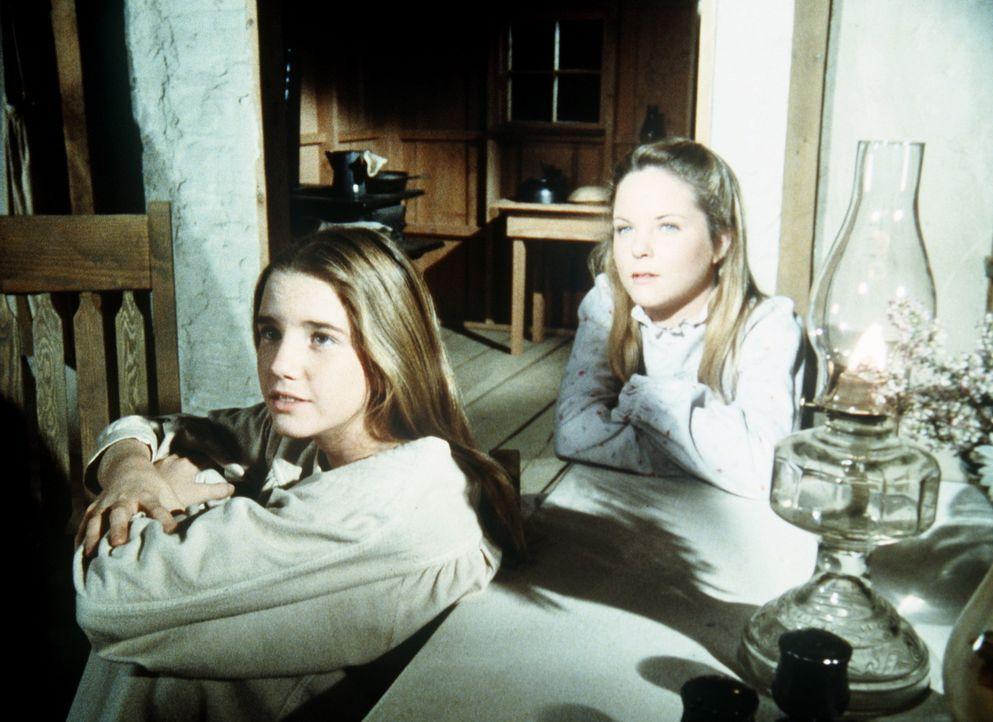 Laura (Melissa Gilbert, l.) und ihre Schwester Mary (Melissa Sue Anderson, r.) hören gespannt ihrer Mutter zu, die ihnen erzählt, wie sie ihren Va... - Bildquelle: Worldvision