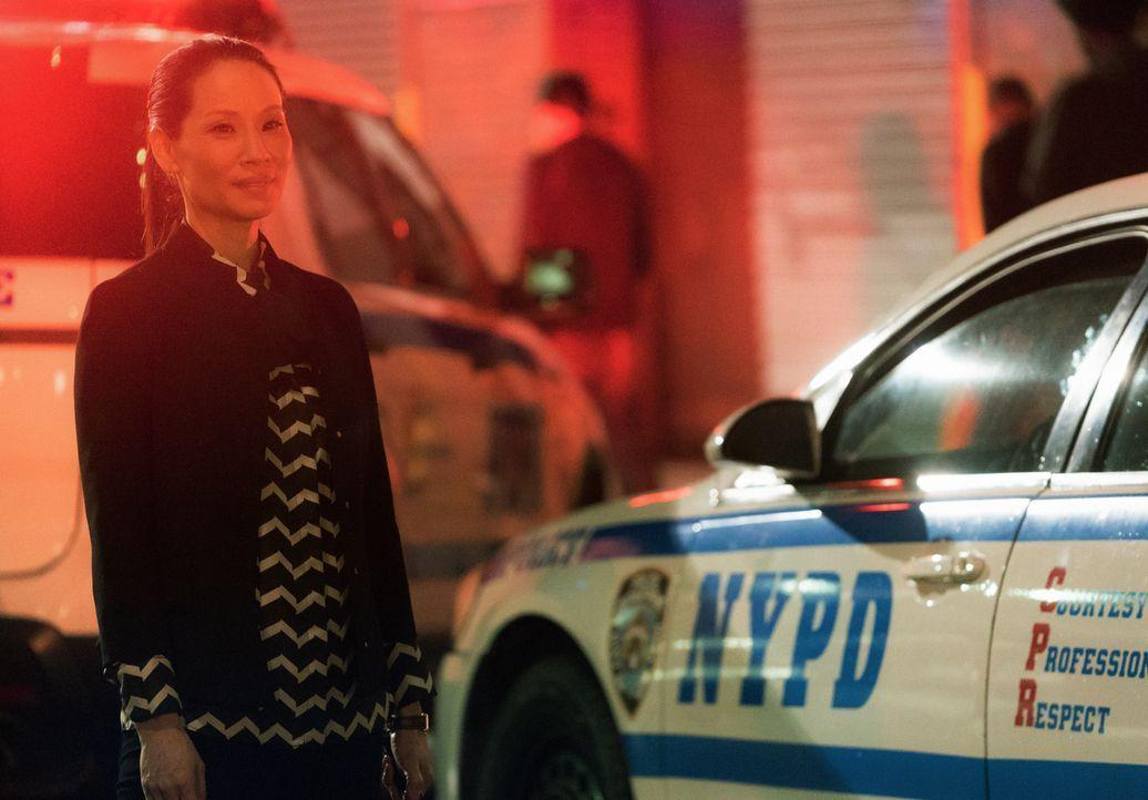 Joan (Lucy Liu) wundert sich, als sie von Holmes' Vater alleine zum Dinner eingeladen wird ... - Bildquelle: Michael Parmelee 2015 CBS Broadcasting Inc. All Rights Reserved.