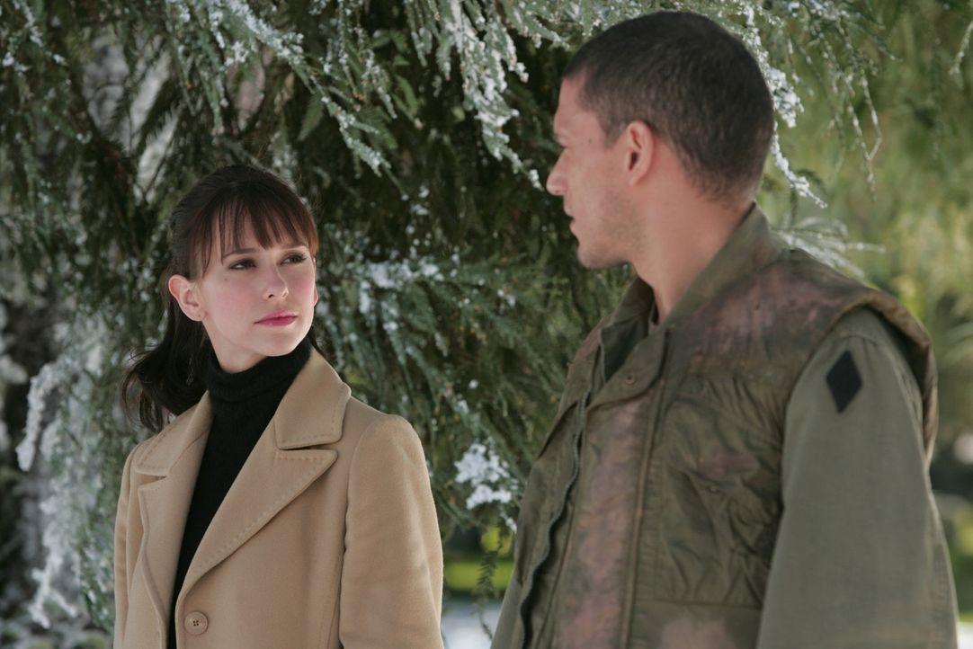 Über Melinda (Jennifer Love Hewitt, l.) möchte der 1972 verstorbene Soldat Paul Adams (Wentworth Miller, r.) Kontakt zu seinem Sohn aufnehmen. - Bildquelle: ABC Studios