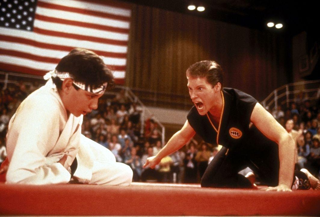 Barnes (Sean Kanan, r.) fordert Daniel (Ralph Macchio, l.) heraus, seinen Titel als Karate-Champion zu verteidigen ... - Bildquelle: Columbia Pictures