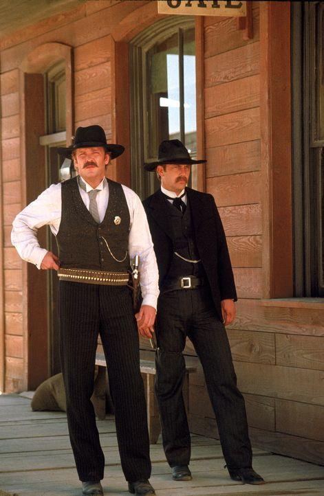 Wyatt Earp (Kevin Costner, r.) und sein Bruder Virgil (Michael Madsen, l.) sorgen in Dodge City für Recht und Ordnung. - Bildquelle: Warner Bros.