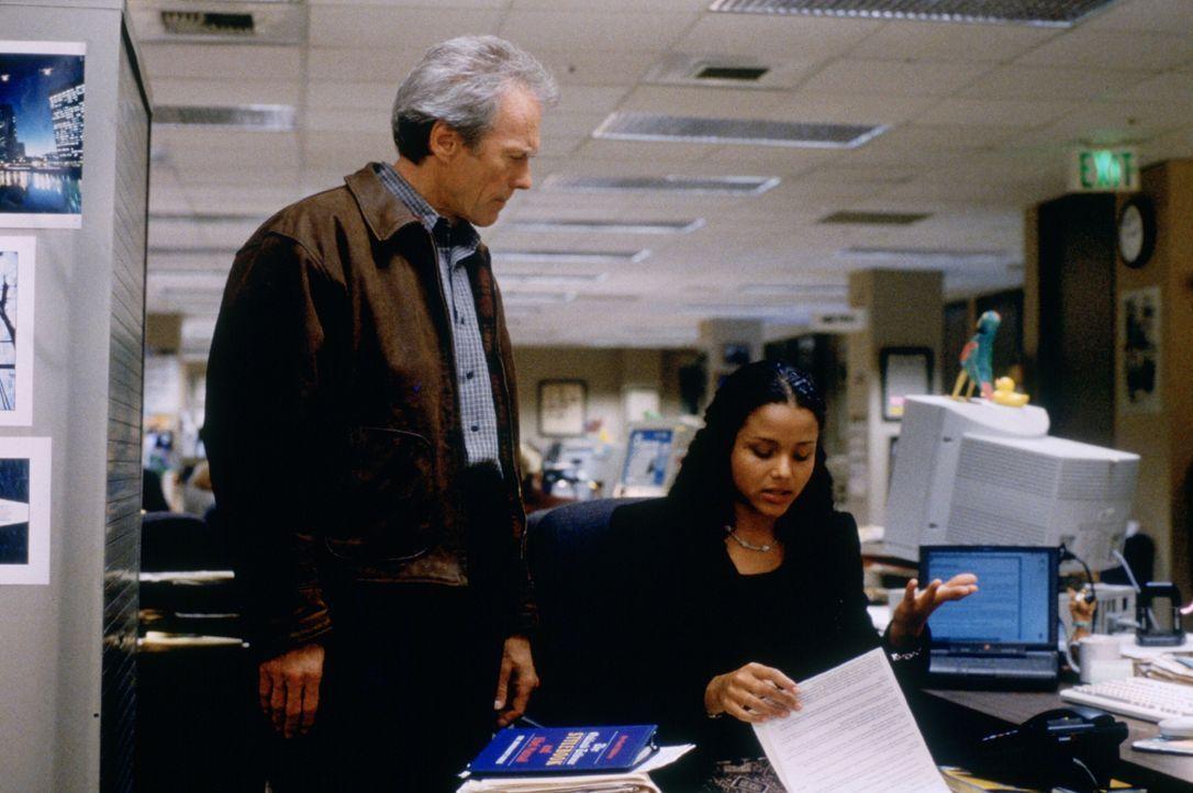 Reporter Everett (Clint Eastwood, l.) soll über die Hinrichtung eines verurteilten Mörders berichten und stellt bei den Recherchen fest, dass der Ma... - Bildquelle: Warner Bros.