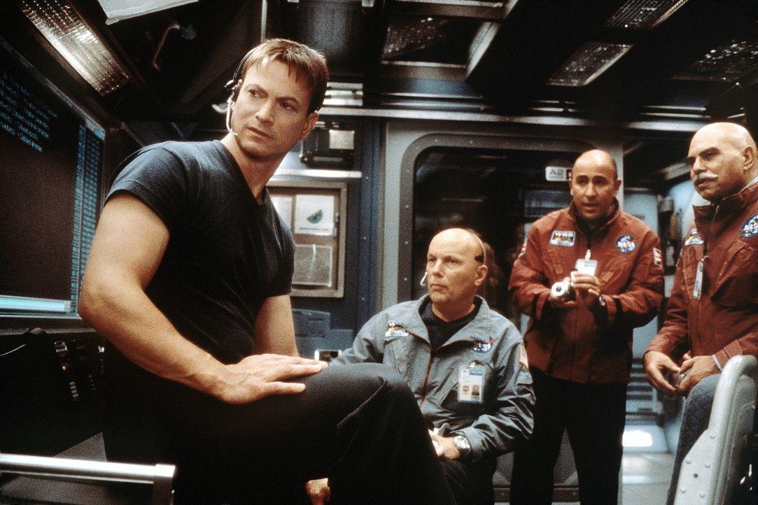 Nach dem Tod seiner Frau gilt Jim (Gary Sinise, l.) unter seinen Astronauten-Kollegen als psychisch instabil. Doch dann erhält er eine einmalige Ch... - Bildquelle: Touchstone Pictures
