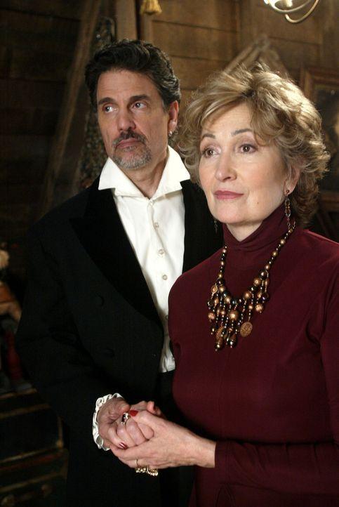 Waren vor langer Zeit ein Liebespaar: Necromancer (Chris Sarandon, l.) und  Penny 'Grams' Halliwell (Jennifer Rhodes, r.) ... - Bildquelle: Paramount Pictures
