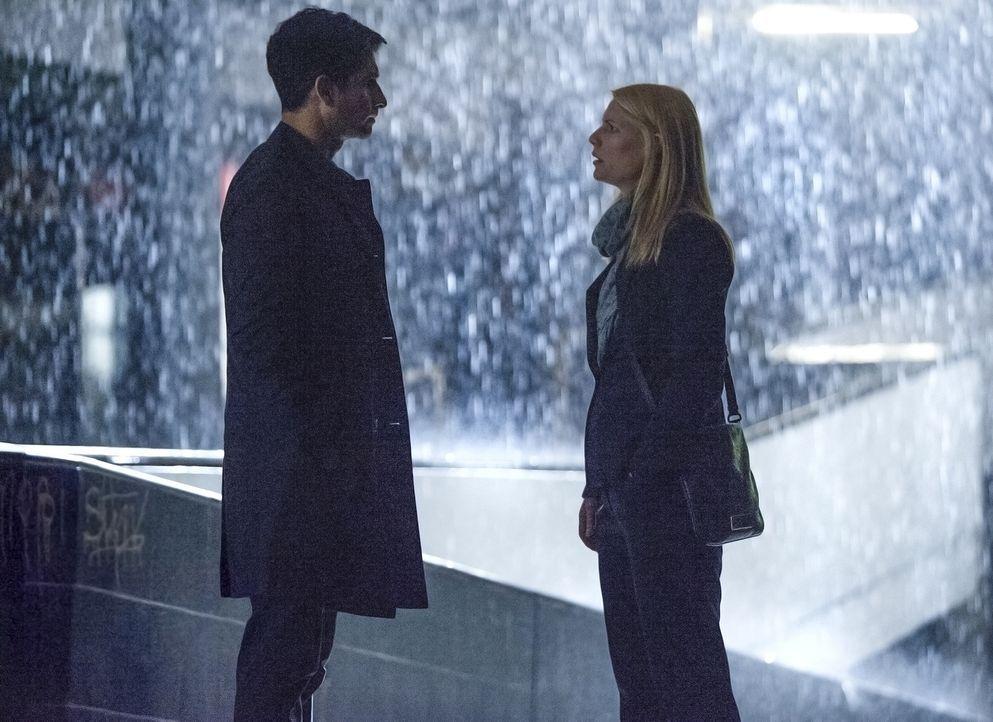 Aasar Khan (Raza Jaffrey, l.) hat eine schockierende Nachricht für Carrie (Claire Danes, r.), während Saul in Gefangenschaft von Haqqani ist ... - Bildquelle: 2014 Twentieth Century Fox Film Corporation