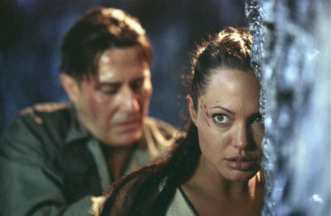 Auch wenn Lara (Angelina Jolie, r.) es geschafft hat, die Spur der Kugel bis nach Kenia zurückzuverfolgen, hat Reiss (Ciarán Hinds, l.) sie nach wie... - Bildquelle: 2003 by Paramount Pictures. All Rights Reserved.