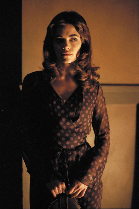 Steht Quentin als einzige bei: Stephanie Lewis (Amelia Heinle) ... - Bildquelle: 2003 Sony Pictures Television International. All Rights Reserved.