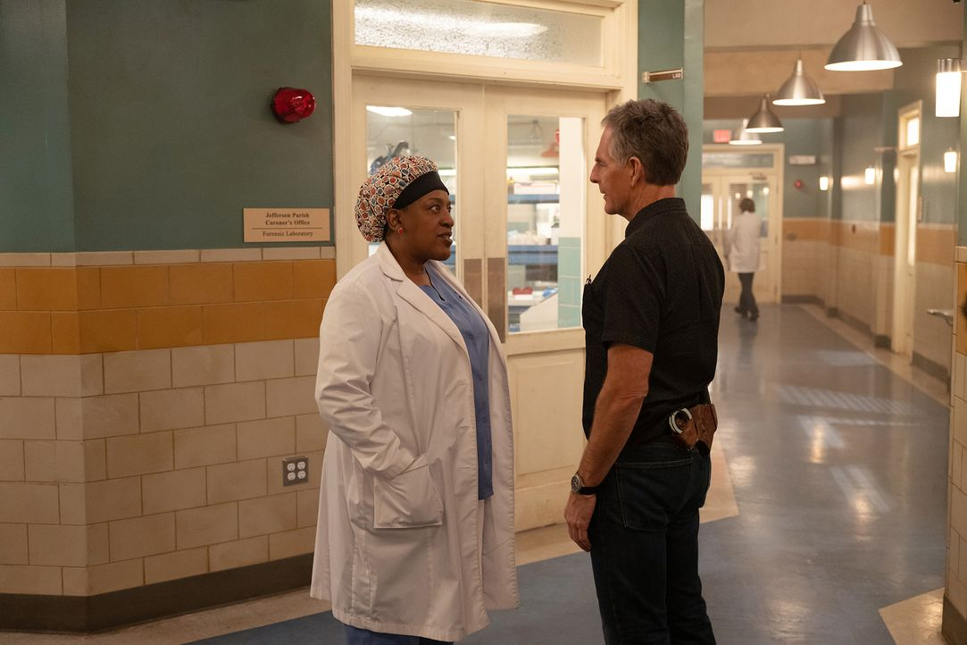 Dr. Loretta Wade (CCH Pounder, l.); Special Agent Dwayne Pride (Scott Bakula, r.) - Bildquelle: Sam Lothridge 2018 CBS Broadcasting Inc. All Rights Reserved / Sam Lothridge