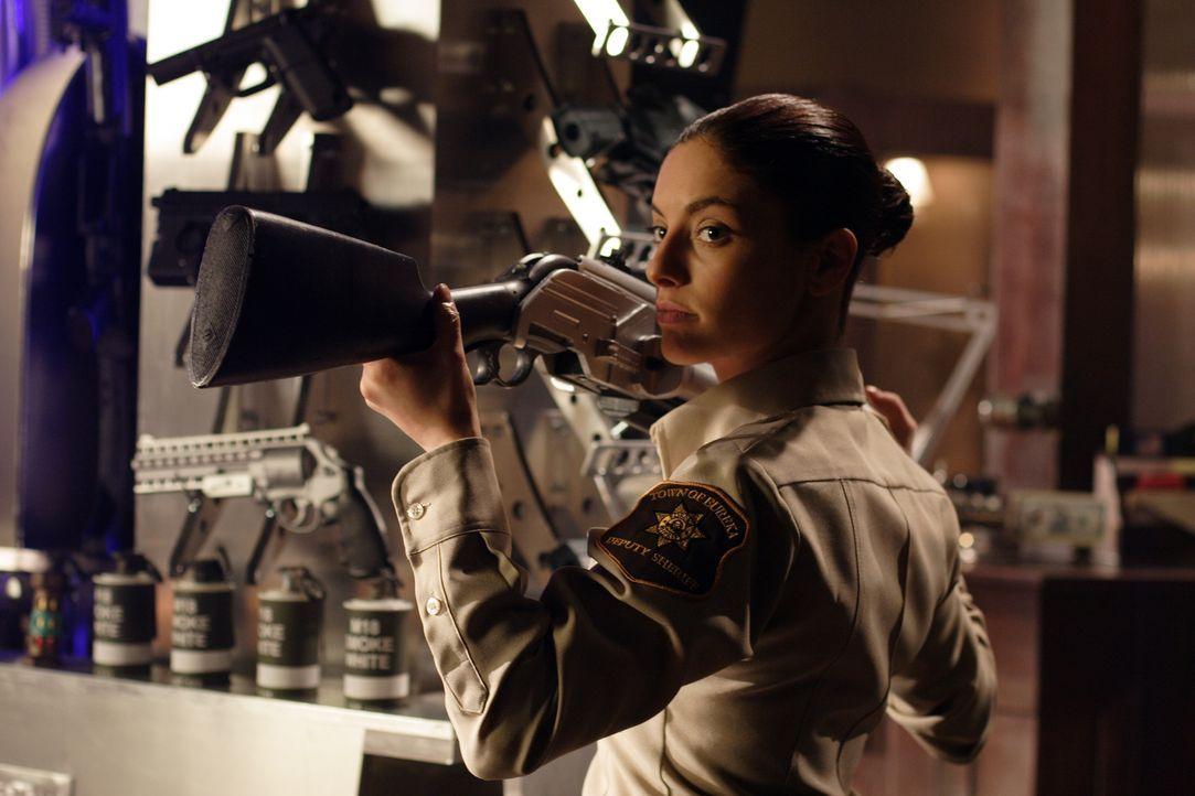 Durch die fehlgeleiteten Strahlen leidet Jo Lupo (Erica Cerra) unter Paranoia ... - Bildquelle: Universal Television
