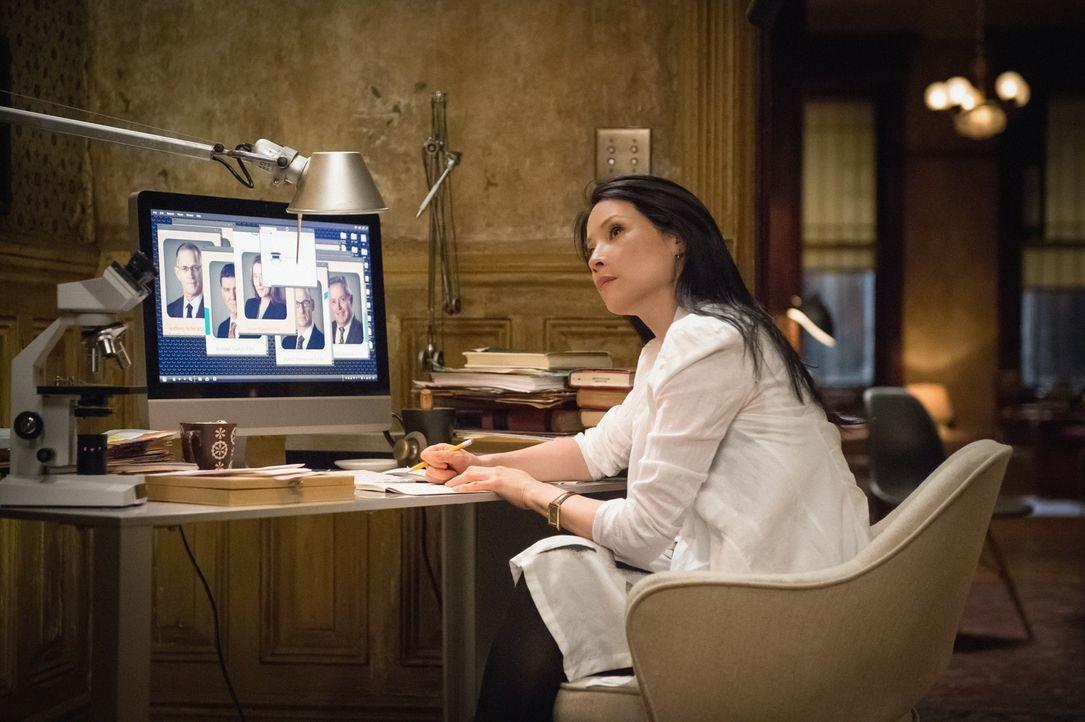 Joan (Lucy Liu) denkt darüber nach, eine Beziehung mit Mycroft Holmes zu beginnen. Voraussetzung: Sie will aus der gemeinsamen Wohnung mit Sherlock... - Bildquelle: CBS Television