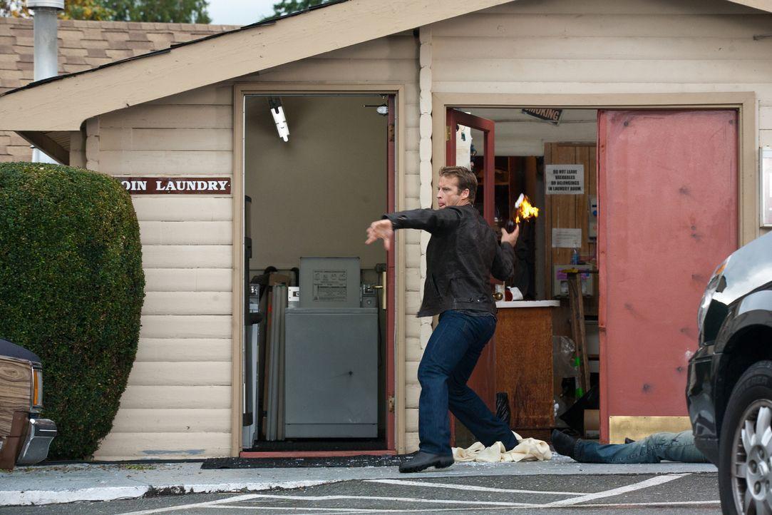 Mit Molotov-Cocktails bewaffnet versucht Chance (Mark Valley) die Feinde in Schach zu halten ... - Bildquelle: 2011  Warner Bros.