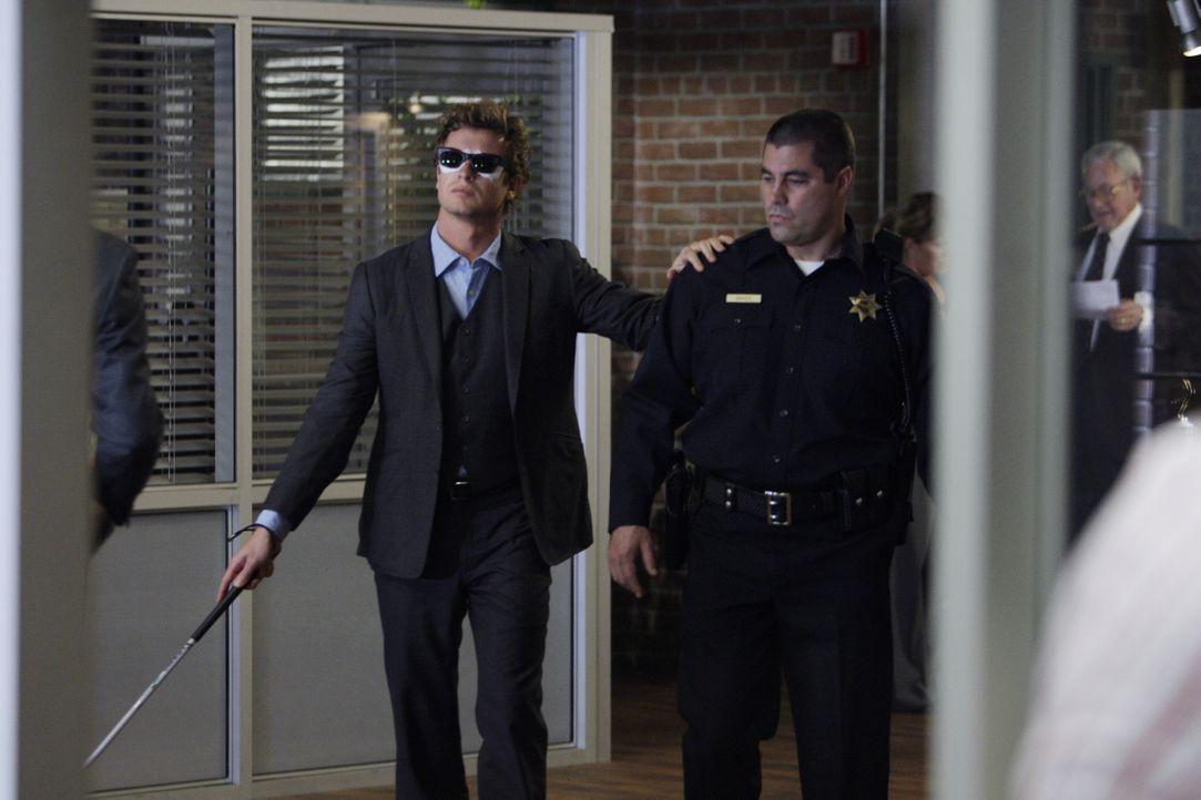 Mentalist Patrick Jane (Simon Baker, l.) erhält eine SMS, mit der er vor einer bevorstehenden Bombenexplosion gewarnt wird. Als er zum Tatort fährt,... - Bildquelle: Warner Bros. Television