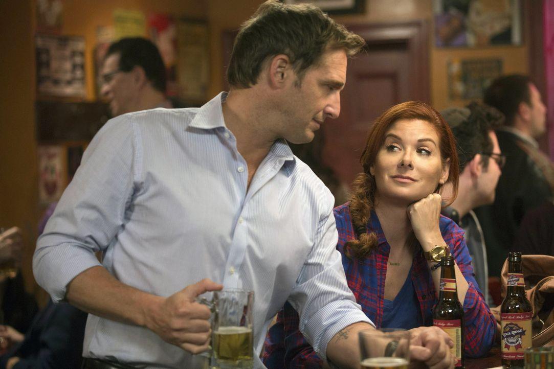 Genießen den Feierabend: Laura (Debra Messing, r.) und Jake (Josh Lucas, l.) ... - Bildquelle: Warner Bros. Entertainment, Inc.