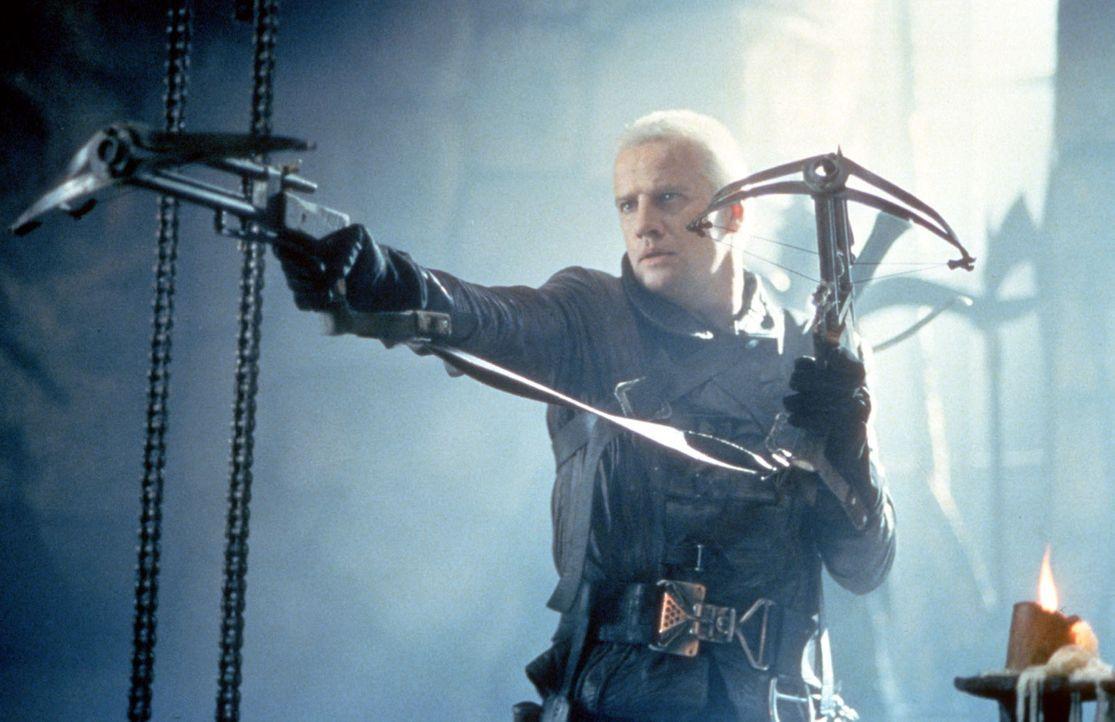 Beowulf (Christopher Lambert), der fremde Kämpfer, beherrscht das beidhändige Armbrustschießen ... - Bildquelle: Kinowelt Filmverleih