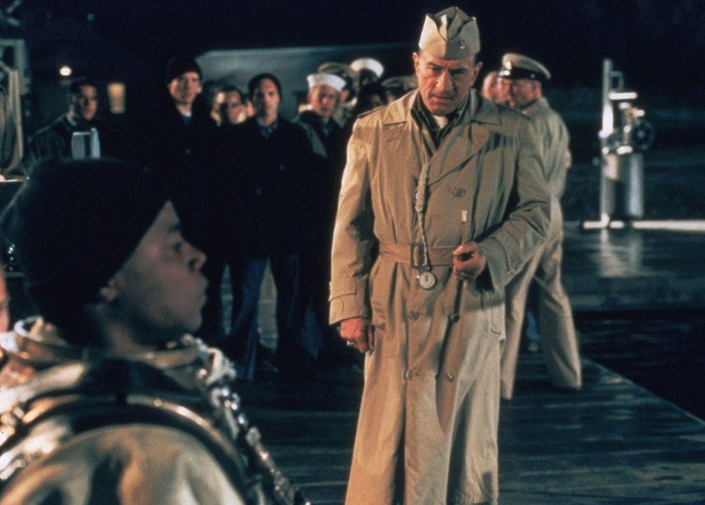 """Leslie W. """"Billy"""" Sunday (Robert De Niro, r.) fast seine Rekruten nicht gerade mit Samthandschuhen an, doch der farbige Carl Brashear (Cuba Gooding... - Bildquelle: 2000 Twentieth Century Fox Film Corporation. All rights reserved."""