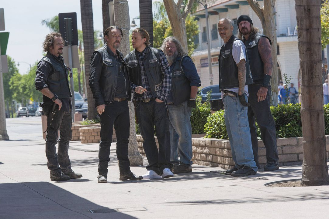 Sind schockiert darüber, mit wem Gemma nach Taras Tod spricht: (v.l.n.r.) Tig (Kim Coates), Chibs (Tommy Flanagan), Jax (Charlie Hunnam), Bobby (Mar... - Bildquelle: Prashant Gupta 2013 Twentieth Century Fox Film Corporation and Bluebush Productions, LLC. All rights reserved.