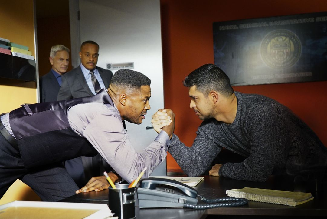 Während Vance (Rocky Carroll, l.) und Torres (Wilmer Valderrama, r.) ihre Kräfte messen, muss das NCIS-Team einen kaltblütigen Mord an einem Marineo... - Bildquelle: Sonja Flemming 2016 CBS Broadcasting, Inc. All Rights Reserved / Sonja Flemming