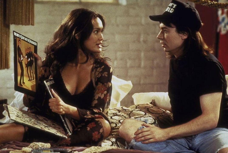 Der hinterhältige Fernseh-Produzent Benjamin Oliver macht sich erfolgreich an Waynes (Mike Myers, r.) Freundin Cassandra (Tia Carrere, l.) heran - e... - Bildquelle: Paramount Pictures
