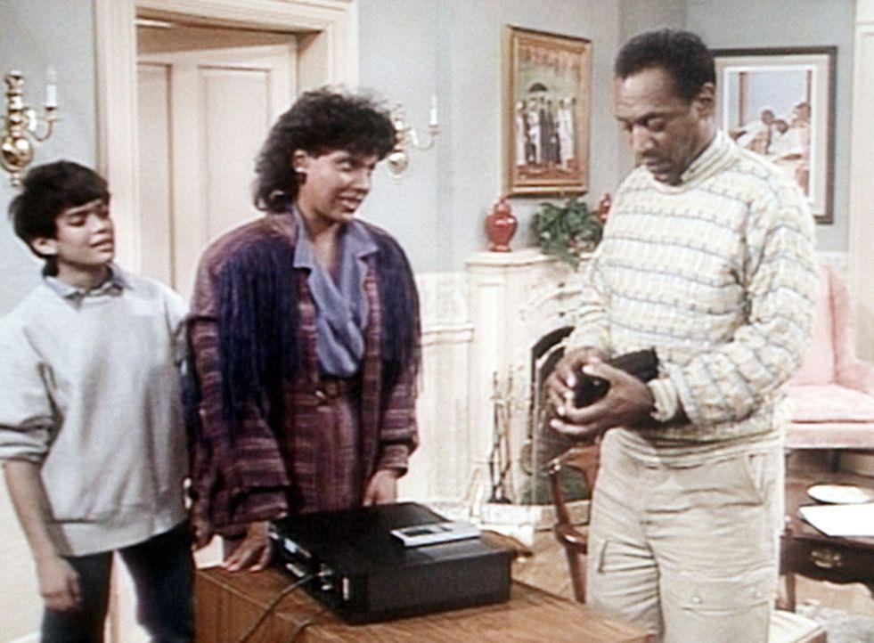 Cliff (Bill Cosby, r.) will sich die Aufzeichnung seines letzten großen Rennens ansehen. Clair (Phylicia Rashad, M.) und Denise (Lisa Bonet, l.) er... - Bildquelle: Viacom