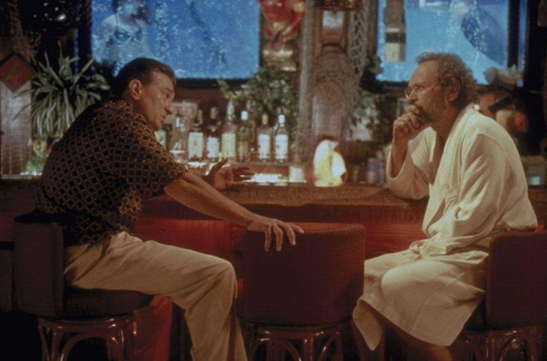 Weil der sonst so eiskalte Mafiaboss Paul Vitti (Robert De Niro, l.) plötzlich von furchtbaren Angstattacken heimgesucht wird, vermittelt ihn dessen... - Bildquelle: Warner Brothers International Television Distribution Inc.