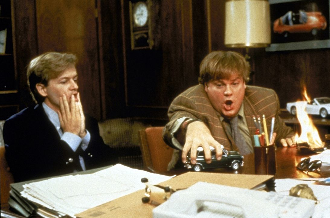 Richard (David Spade, l.) ist ziemlich irritiert über die ungewöhnlichen Verkaufsmethoden von Tommy Boy (Chris Farley, r.) ... - Bildquelle: Paramount Pictures