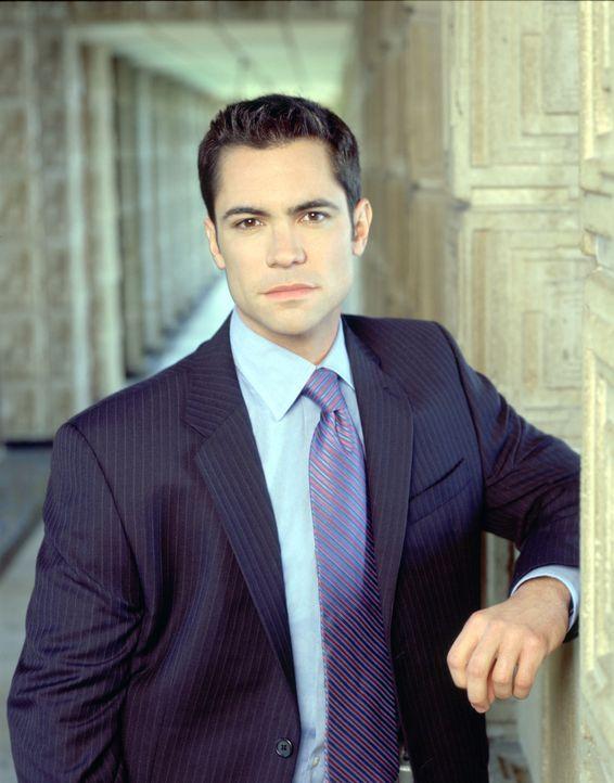 (2. Staffel) - Steht seiner Kollegin stets zur Seite: Detektiv Scott Valens (Danny Pino) - Bildquelle: Warner Bros. Television