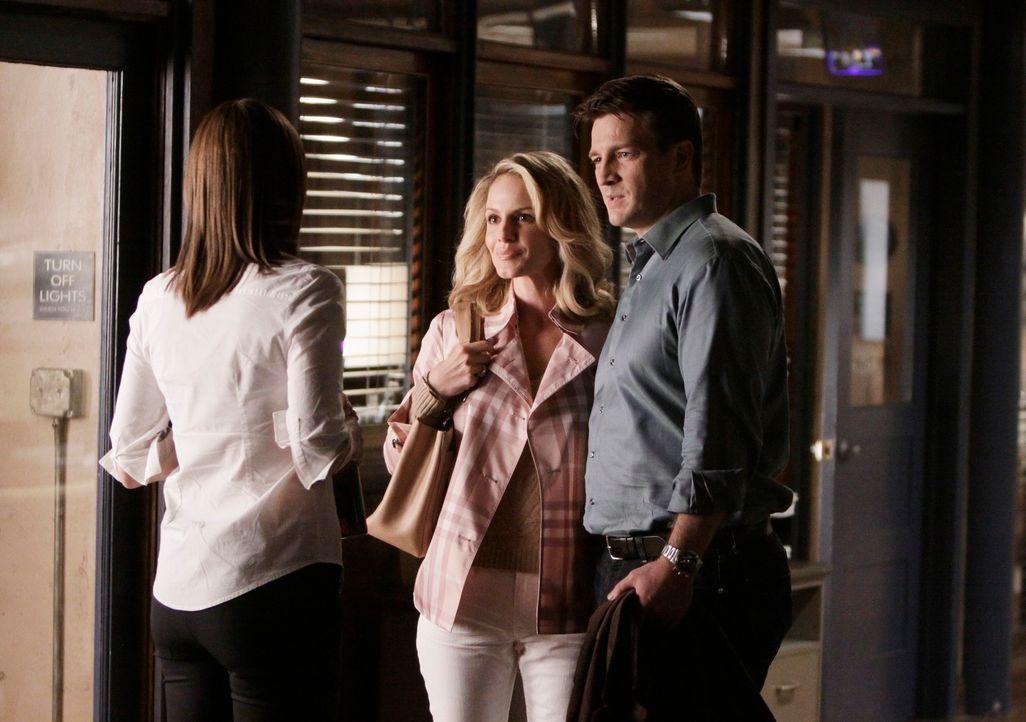Beckett (Stana Katic, l.) geht auf Castle (Nathan Fillion, r.) zu, um sein Angebot anzunehmen, aber sie werden von Gina (Monet Mazur, M.), Castles E... - Bildquelle: ABC Studios