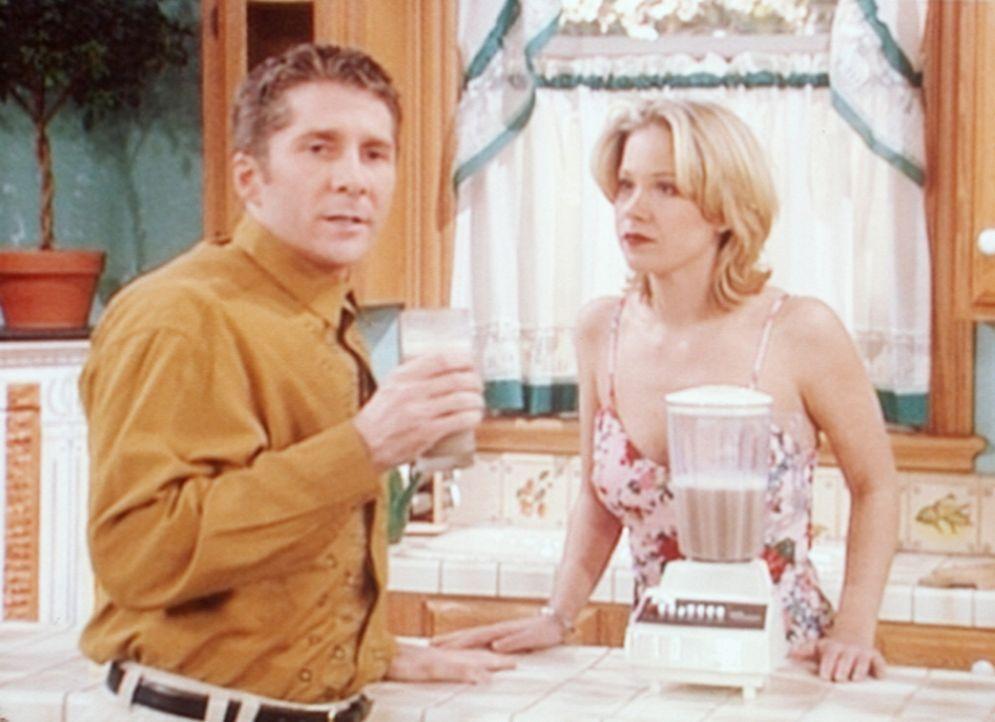 Kelly (Christina Applegate, r.) treibt den Regisseur an den Rand der Verzweiflung. - Bildquelle: Columbia Pictures